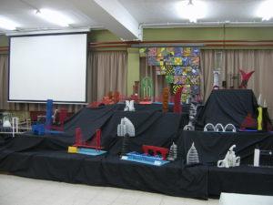 Exposición de esculturas y puentes