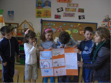 alumnado de magisterio y nios y niññas de infantil mostrando una actividad de evaluacion