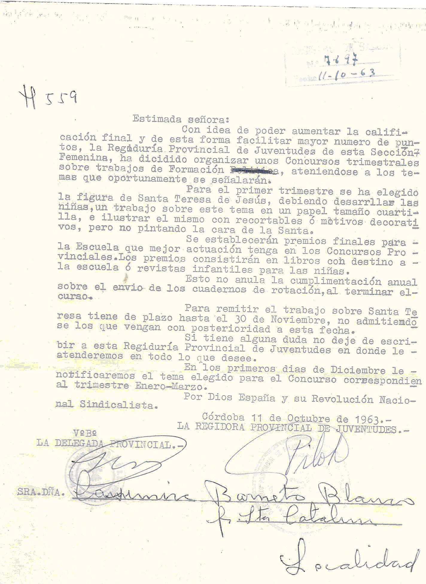 La secci n femenina formaba parte del aparato del estado franquista como integrante del movimiento nacional y su pol tica de feminizaci n consistente en la